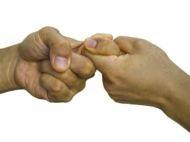 Договор аренды комнаты в квартире. рукопожатие пальцами