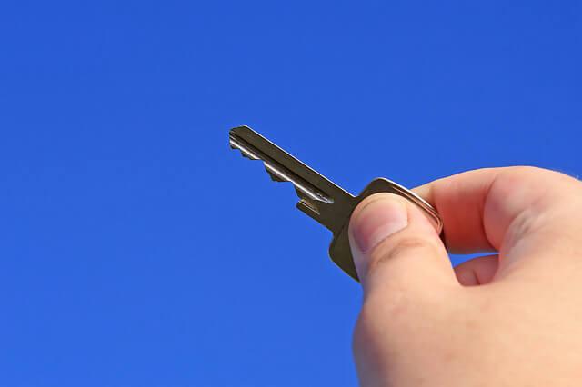 как составить договор аренды квартиры. Рука с ключом.