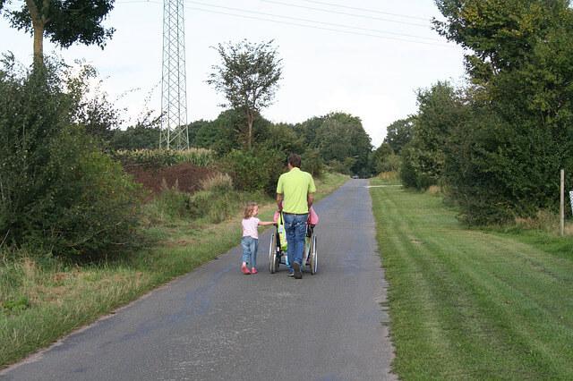 Предоставления жилья по договору социального найма. Семья везет человека на инвалидном кресле