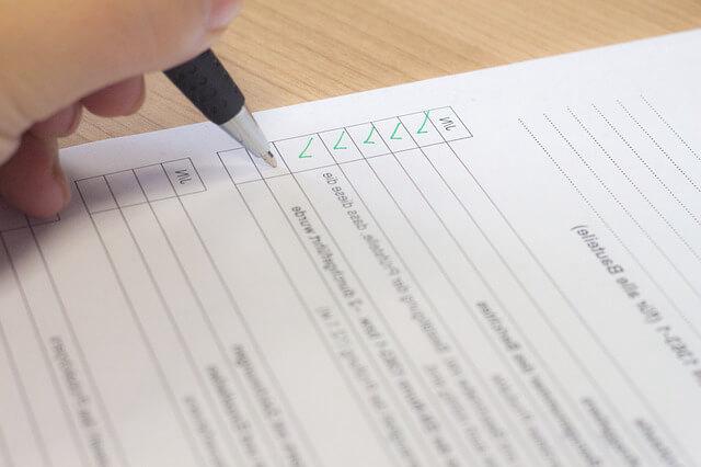как продлить договор аренды квартиры. Ручка с рукой подписывает договор.