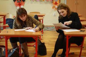 девушки заполняют документы Государственная регистрация договора аренды квартиры