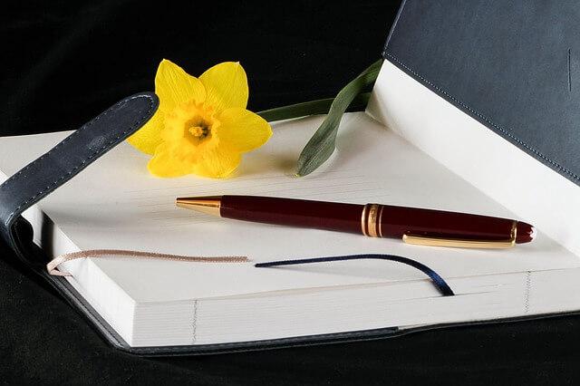 Регистрация договора найма жилого помещения, заключенного между физическими лицами в 2019 году. ручка блокнот и цветок