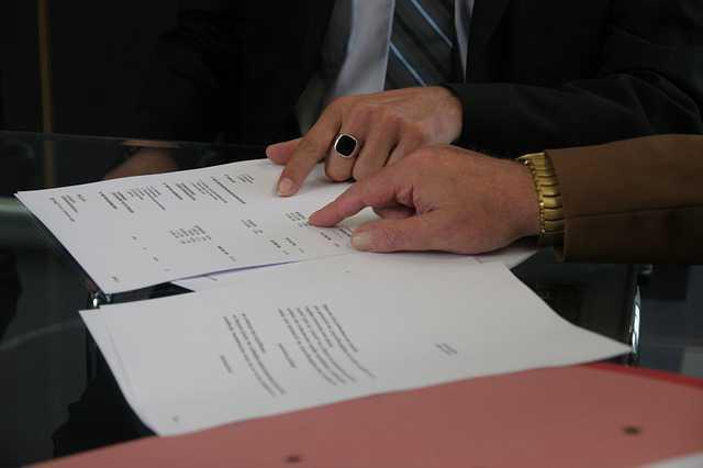 договор безвозмездной аренды жилого помещения. Подписание договора мужские руки