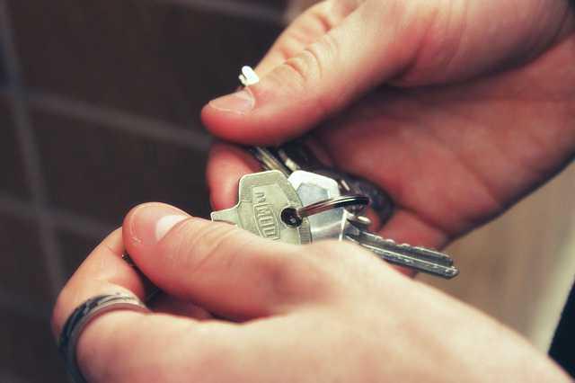 договор краткосрочного найма жилого помещения руки с ключами,дом