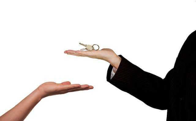 как оформить сдачу квартиры в аренду, одна рука передает ключи другой