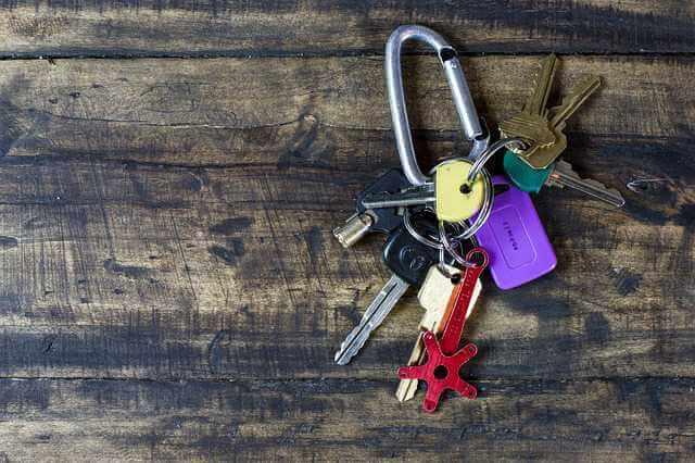 Как правильно снять квартиру на длительный срок, связка ключей на столе