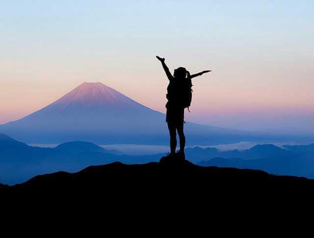 Как продать квартиру с обременением, девушка на вершине горы