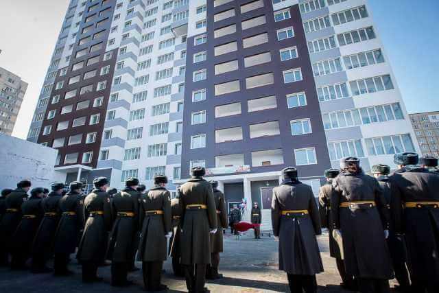 Как продать квартиру, купленную при помощи военной ипотеки, военные стоят возле новостройки
