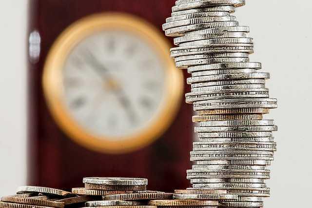 можно ли продать квартиру ниже кадастровой стоимости, часы и стопка денег