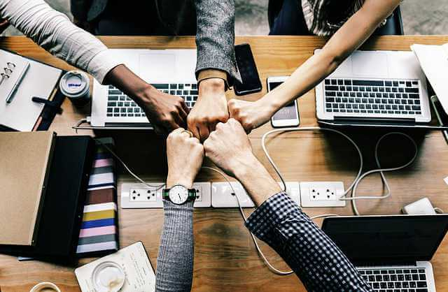 продление договора аренды квартиры, руки совмещены кулаками друг к другу