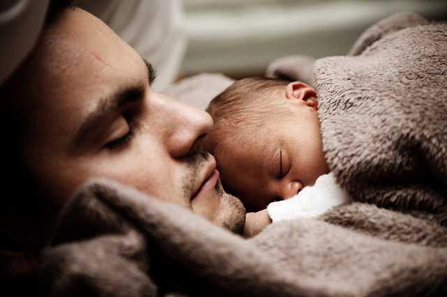 Сдать квартиру иностранцам, мужик с ребенком спит под пледом
