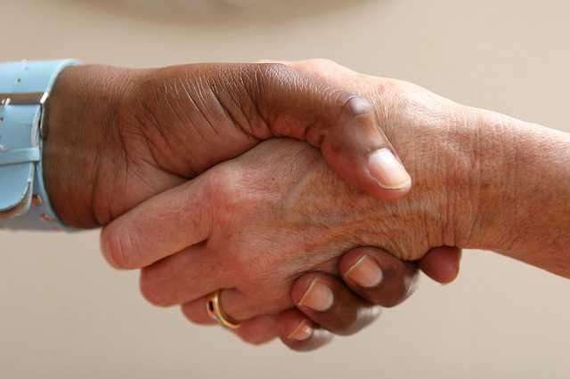 согласие на продажу квартиры от супруга, мужское и женское рукопожатие