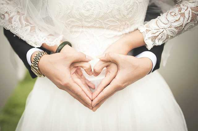 как правильно составить брачный договор, жених и невеста делают сердце с помощью рук