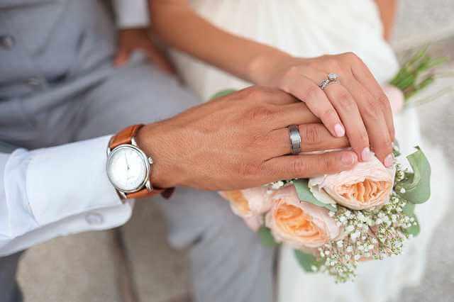 как правильно заключить брачный договор,руки с обручальными кольцами молодожен