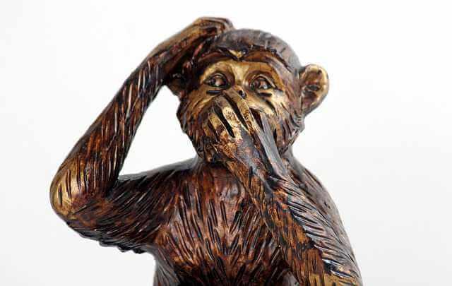 Как продать квартиру, если один из собственников отсутствует,обезьяна прикрывает рот
