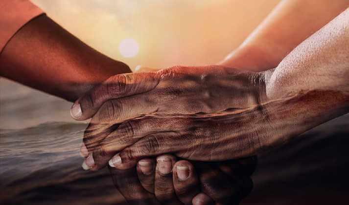 Продажа квартиры по доверенности, рука обнимает руку