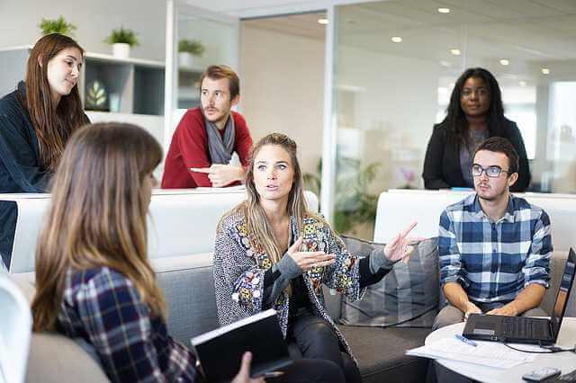 продажа квартиры с несколькими собственниками, люди сидят обсуждают