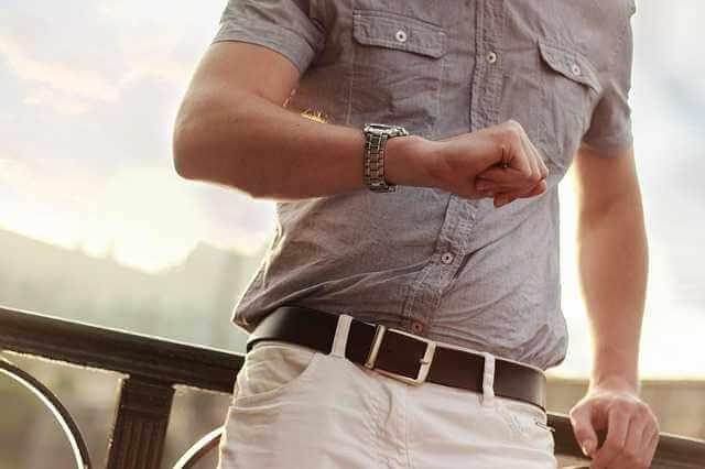 Сроки выплаты алиментов работодателем, мужик смотрит на часы