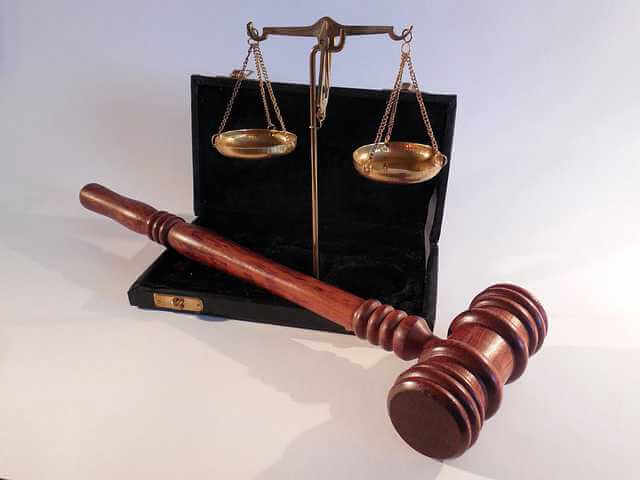 Судебный приказ о взыскании алиментов, молот судебный, весы