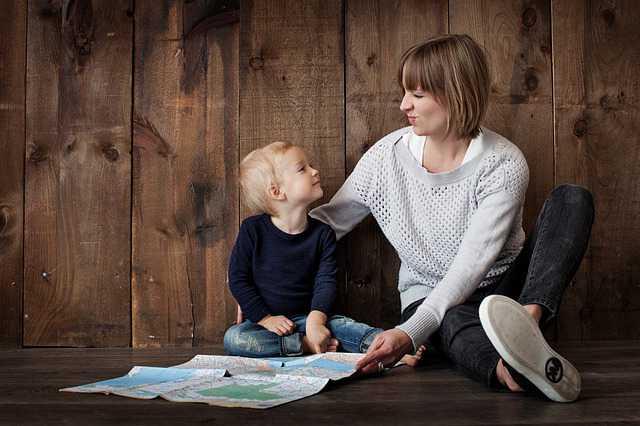 Алименты на содержание жены до 3 лет, женщина с ребенком сидят на полу и смотрят друг на друга