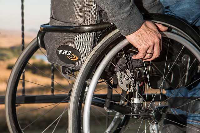 алименты с инвалида 1 группы, инвалид в инвалидном кресле