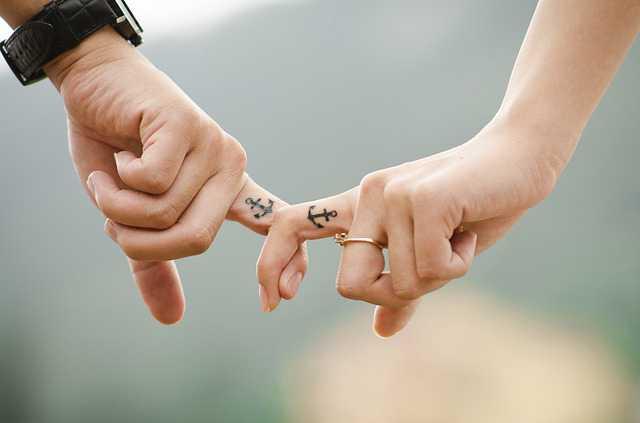 брачный договор преимущества и недостатки, молодожены с кольцами,любовь