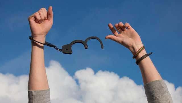 Освобождение от уплаты задолженности по алиментам,руки освобожденные от наручников