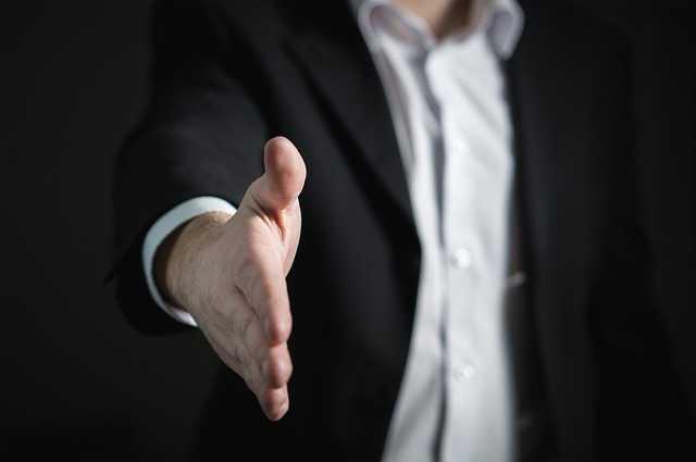 переуступка или чистая продажа квартиры, рука для рукопожатия