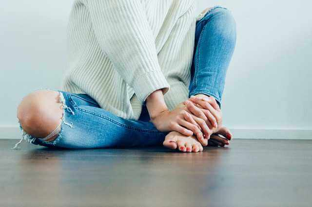 порядок расприватизации квартиры, девушка сидит в рваных джинсах на полу