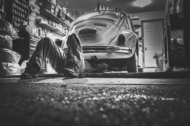 приватизация гаража в 2019 году, мужик в гараже лежит под машиной