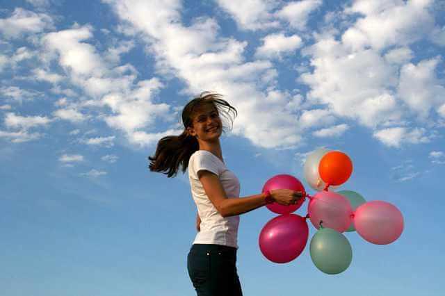 Приватизация квартиры по договору социального найма, девушка с воздушными шарами