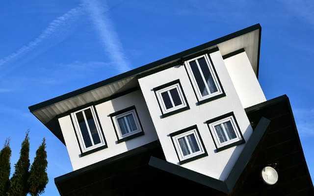 Признание приватизации недействительной, дом к верх ногами