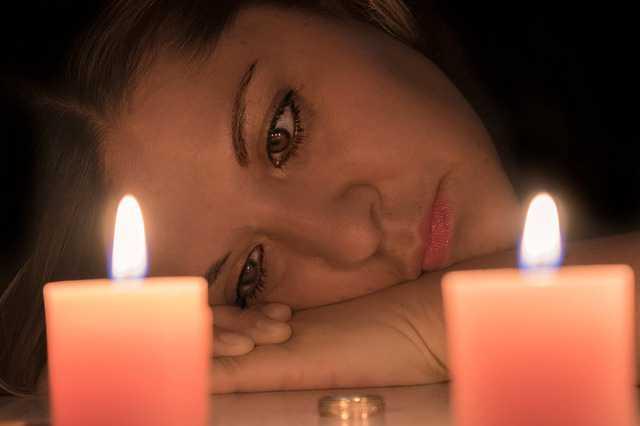 как признать брачный договор недействительным, девушка смотрит на огонь