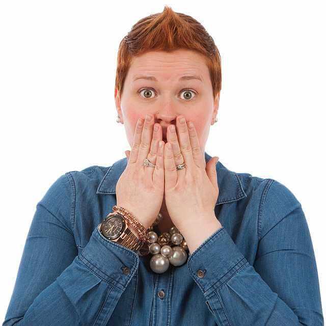 продать долю в квартире без согласия других собственников, женщина прикрывает рот