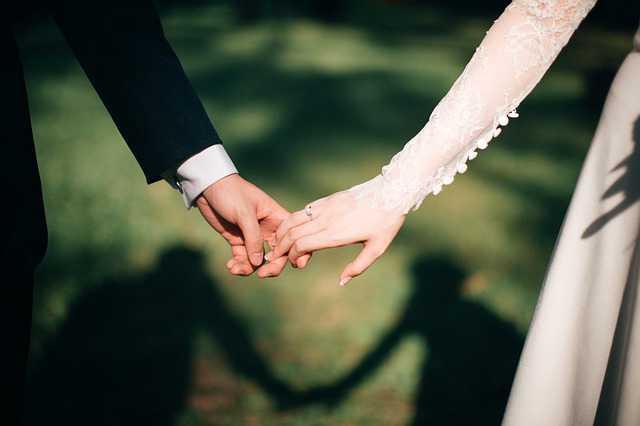 Условия заключения брачного договора, муж держит за руку жену
