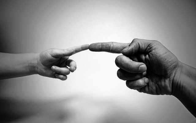 выписка несовершеннолетнего ребенка из квартиры при продаже,мужская и детская рука