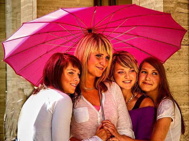зачем нужно приватизировать квартиру, девушки стоят под зонтом
