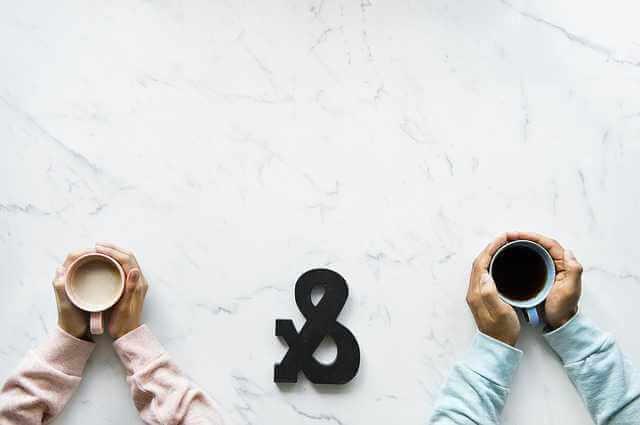 Договор приватизации жилого помещения, мужчина и женщина пьют чай