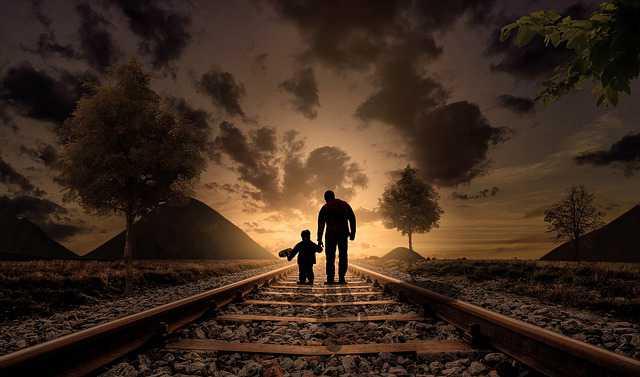 Как подать на алименты вне брака, в гражданском браке, если ребенок не записан на отца, ребенок с отцом гуляет по рельсам