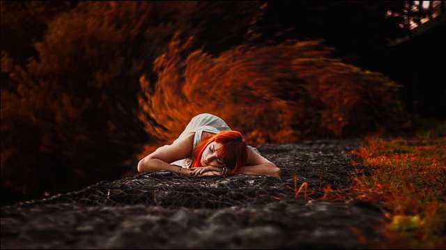 как подать на алименты на мать, женщина лежит на земле