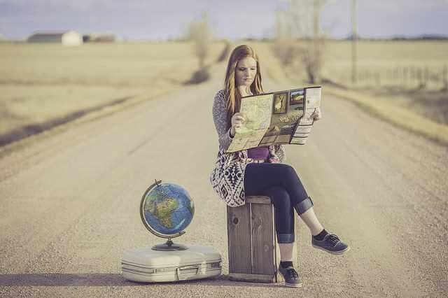 Сколько длится приватизация квартиры, девушка сидит на чемодане