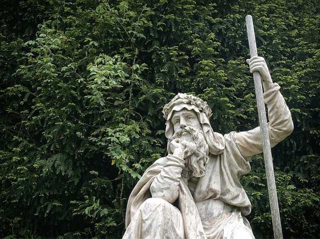 удерживаются ли алименты с материальной помощи, статуя мужик думает