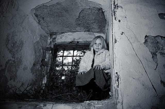 удерживаются ли алименты с пенсии, девочка возле окна с решеткой