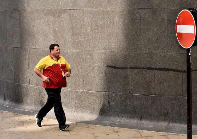 заявления судебным приставам о задолженности по алиментам,мужик бежит под знак стоп