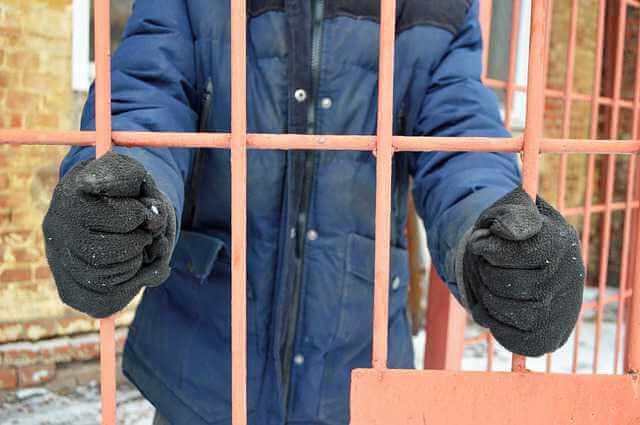 Розыск должника по алиментам, мужик за решеткой преступник
