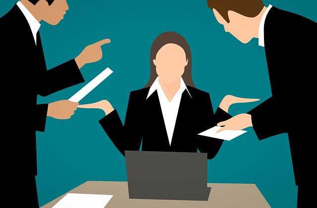 Жалоба в ГЖИ на управляющую компанию, женщина разводит руками