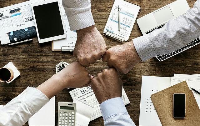 Как подать в суд на управляющую компанию, кулаки прижатые друг к другу
