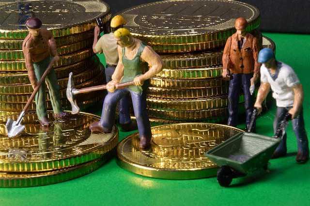 Не плачу взносы на капитальный ремонт , мужики с киркой и лопатами на фоне денег