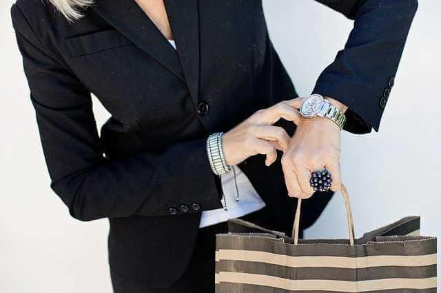 Неустойка за просрочку уплаты алиментов, женщина с сумками показывает на часы