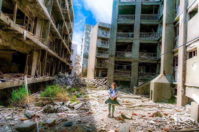 Нужно ли платить коммунальные услуги, девочка в разрушенном доме